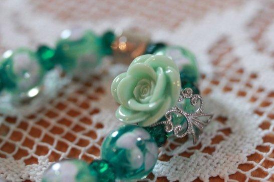 Fin lysegrønn rose-ring og grønt glassperlearmbånd